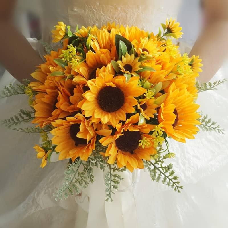 Bó hoa cầm tay cô dâu xinh đẹp