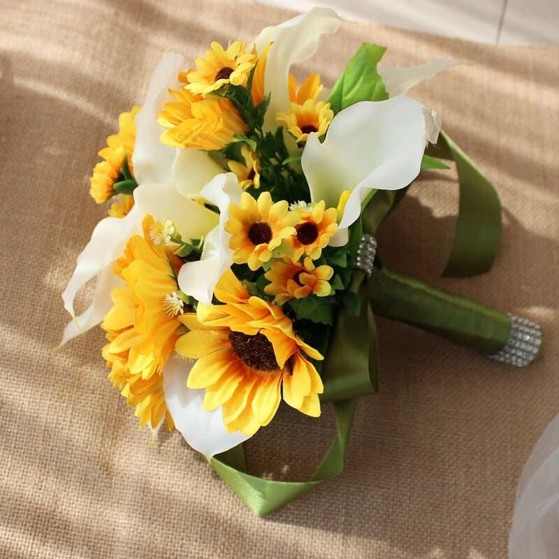 Bó hoa cầm tay cô dâu rực rỡ