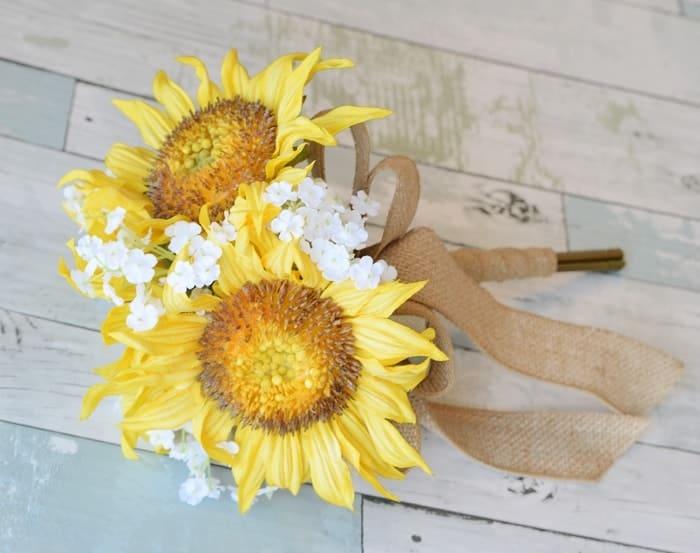 Hoa hướng dương và hoa baby trắng