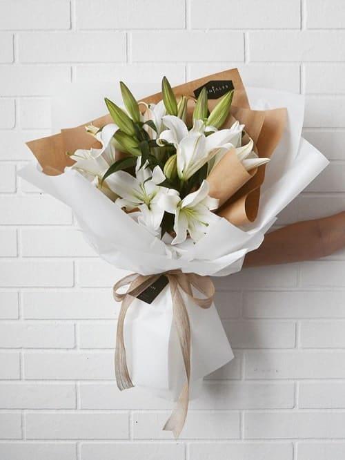 Bó hoa ly tặng mẹ rất bất ngờ