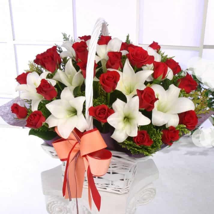 Giỏ hoa hồng đỏ và hoa ly trắng